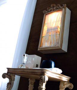wandregal-glastuer-licht-holz-geschnitzt-creme-silvano-grifoni-2494