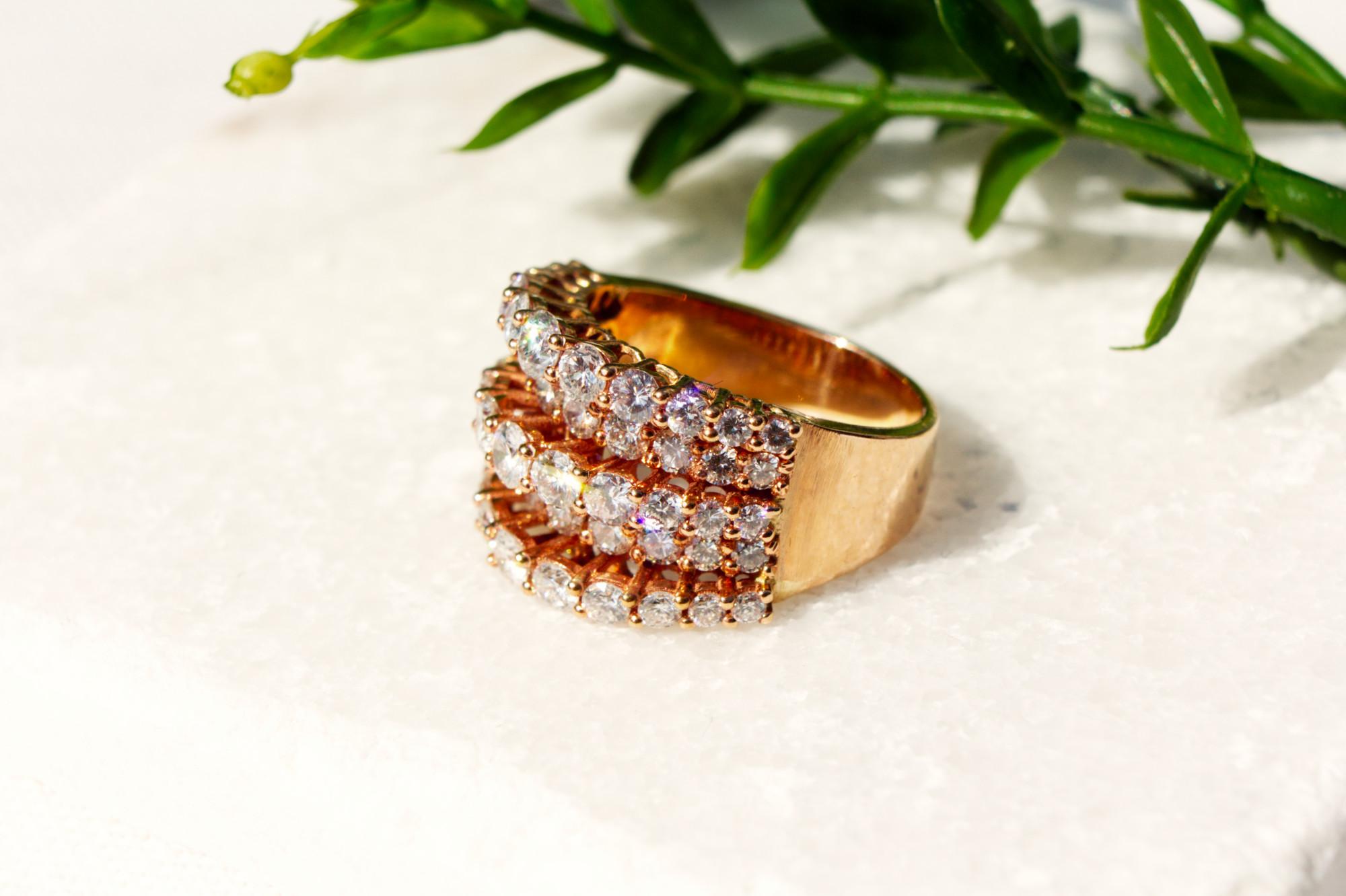 Ring mit 53 Brillanten, 3 Reihen, Roségold 750. Die Fassung in versetzten Reihen bewirkt ein Lichtspiel, das die natürliche Schönheit der Brillanten offenbart. Zus. ca. 3 ct. Brillanten 750 Roségold Ringgröße 18