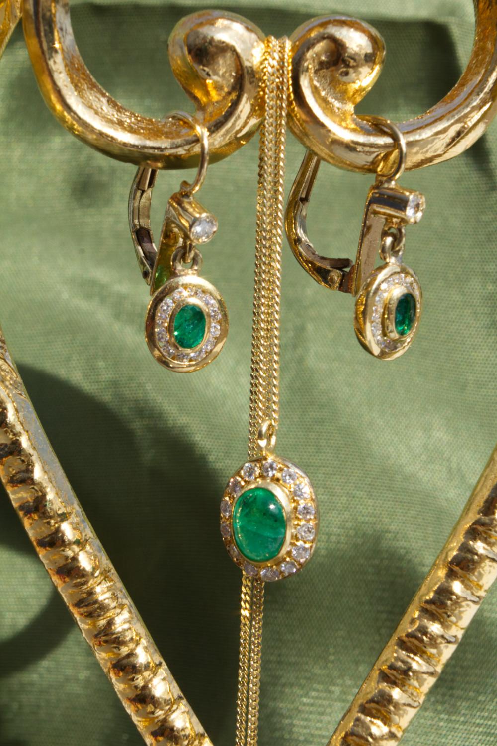Smaragd Schmuck-Set aus Ohringen und Kette