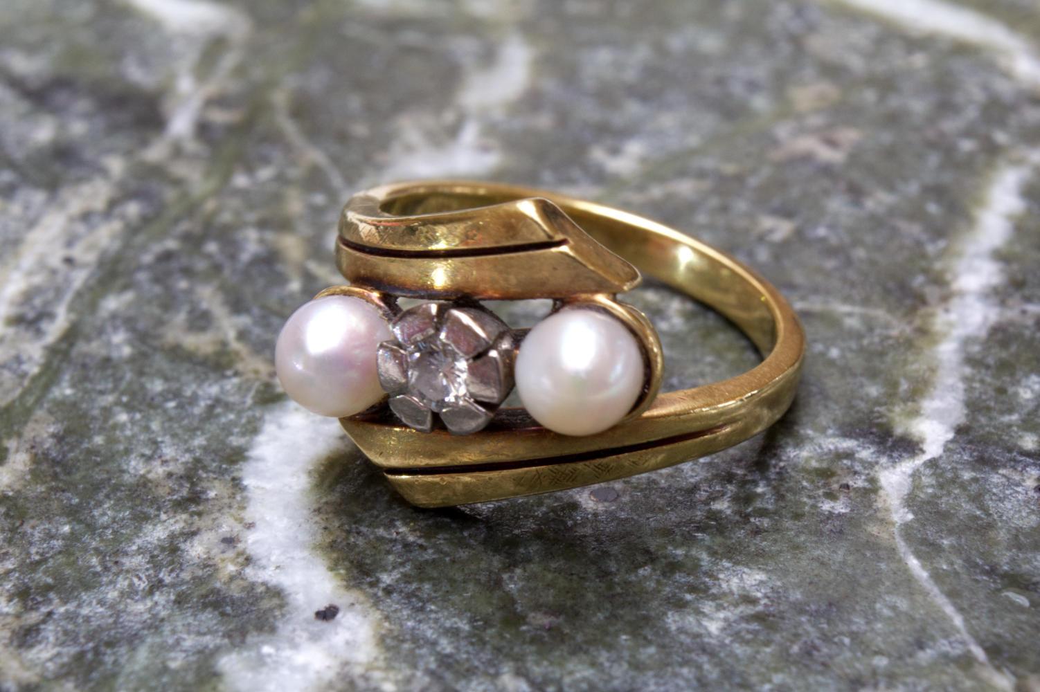 Ring mit Perlen und Diamant in 585 Gold gefasst in Größe 53 dekoriert auf grünen Marmor.