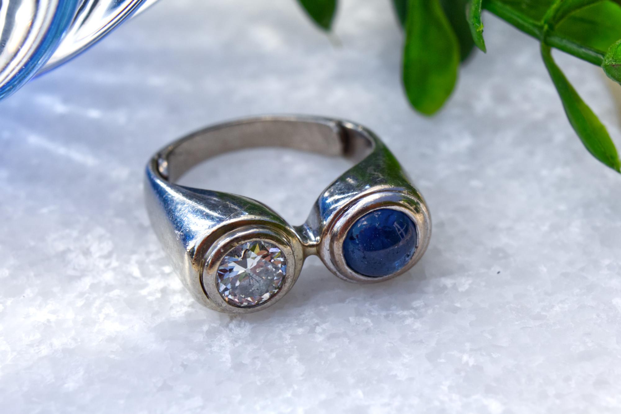Exclusiver Designerring mit in Weißgold gefassten Diamant und Saphir.