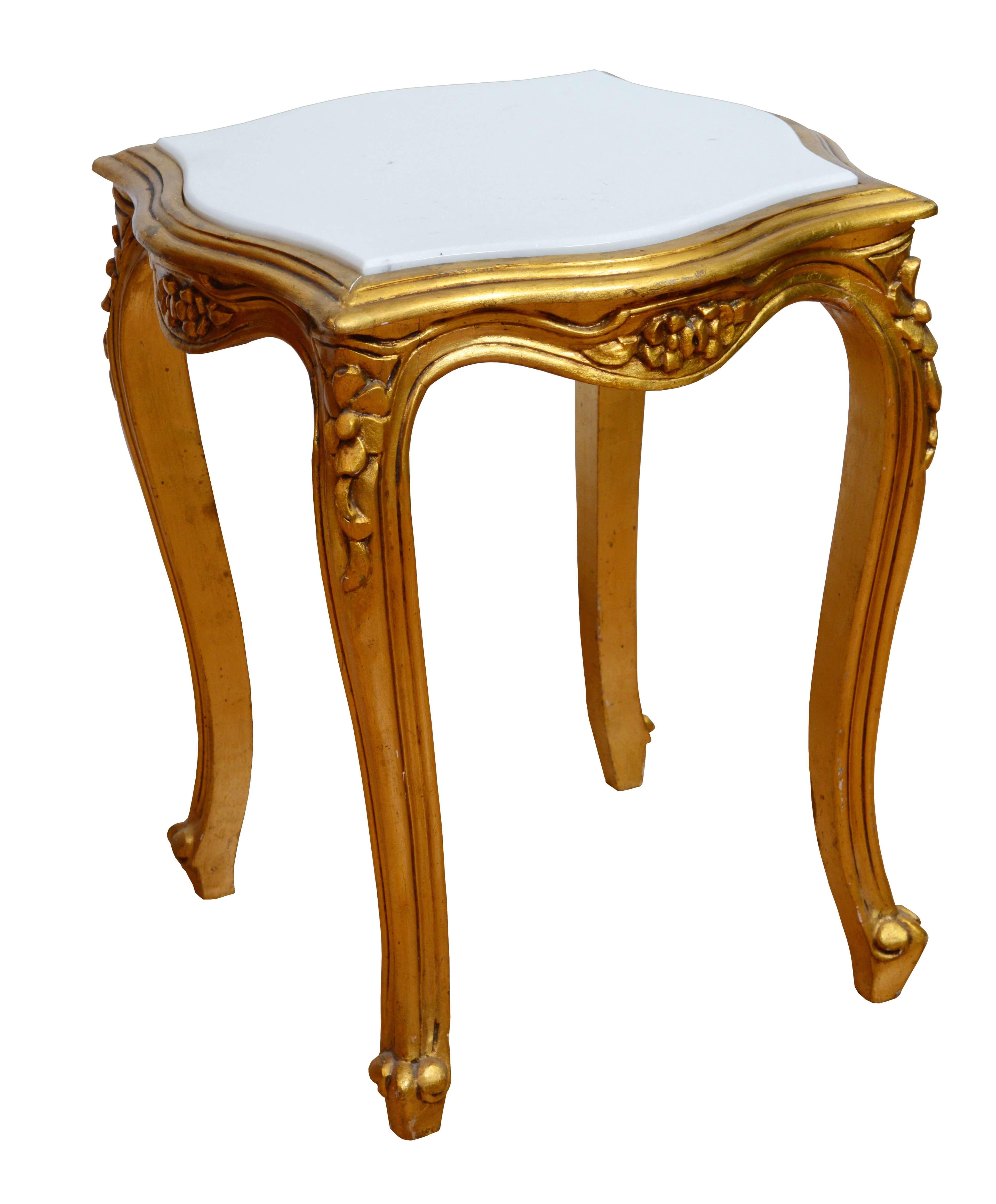 Foldfarbiger Beistelltisch mit Marmorplatte m französischen Stil ist ein kleines Goldstück aus gepflegter zweiter Hand das durch eine weiße, polierte Marmorplatte gekrönt wird. Hochwertiges aus zweiter Hand bei Phönix Schöner Leben