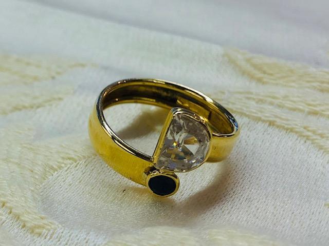 Ring mit einem Zirkonia und Saphir
