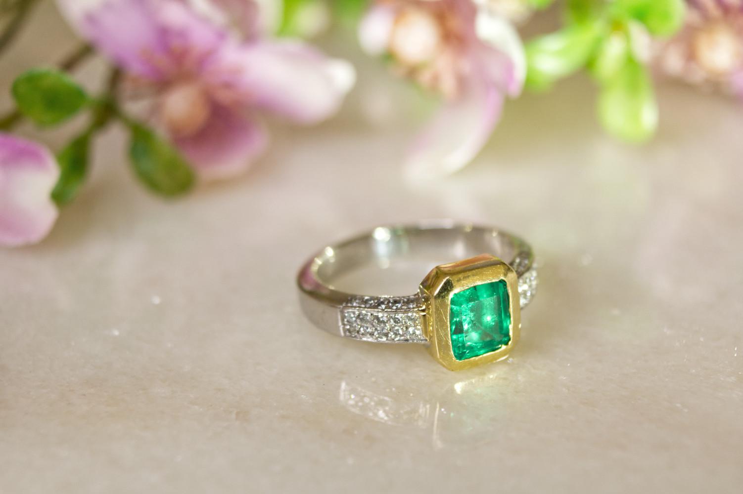 Elgenater Smaragdring in Weiss- und Gelbgold in schöner Stimmung