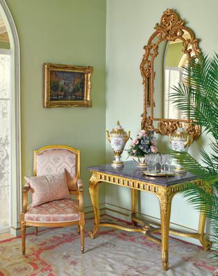 Musealer Tisch mit Marmorplatte