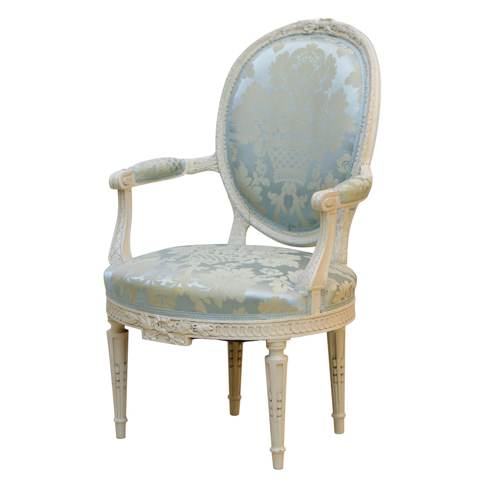 Der Holzrahmen des Sessels LUANA aus Massivholz wurde im hellgrauen Antik-Finish gearbeitet. MIt changierenden bleufarbenen Ornamentik-Stoff *****Hochwertiges aus zweiter Hand bei Phönix Schöner Leben*****