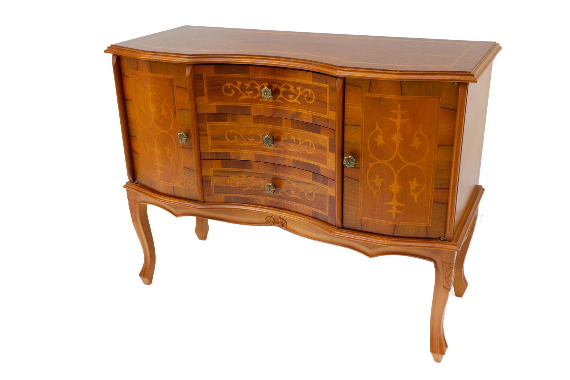 Kommode mit zwei Türen und drei Schubladen in Nußbaum Funier und Intarsien in Mahagoni und Ahorn von Vorne gesehen.