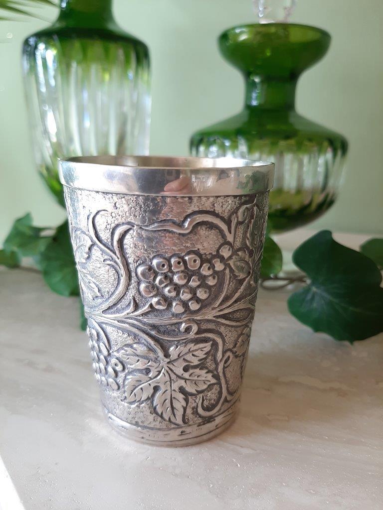 Becher mit Traubendekor aus 800er Silber
