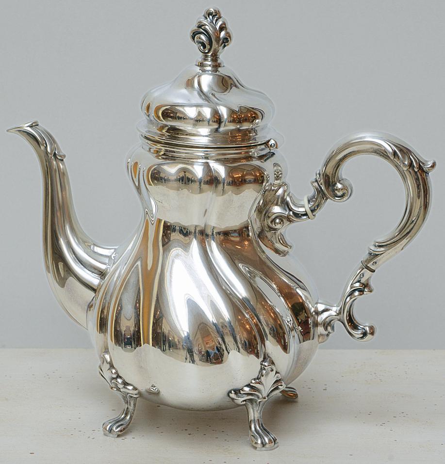 """Echte Antiquität wurde in Handarbeit um 19. Jhd. gefertigt und begeistert mit ihrer """"Dresdner Barock""""- typischen Formgebung.  ♕ 835er Silber, H. 27 cm, B. 28 cm"""