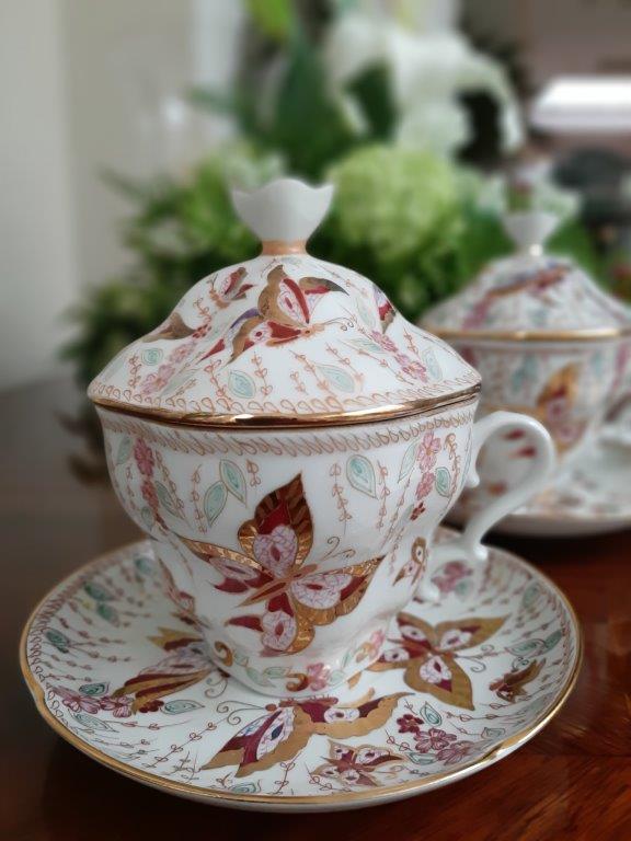 Paar Teetassen mit Deckel