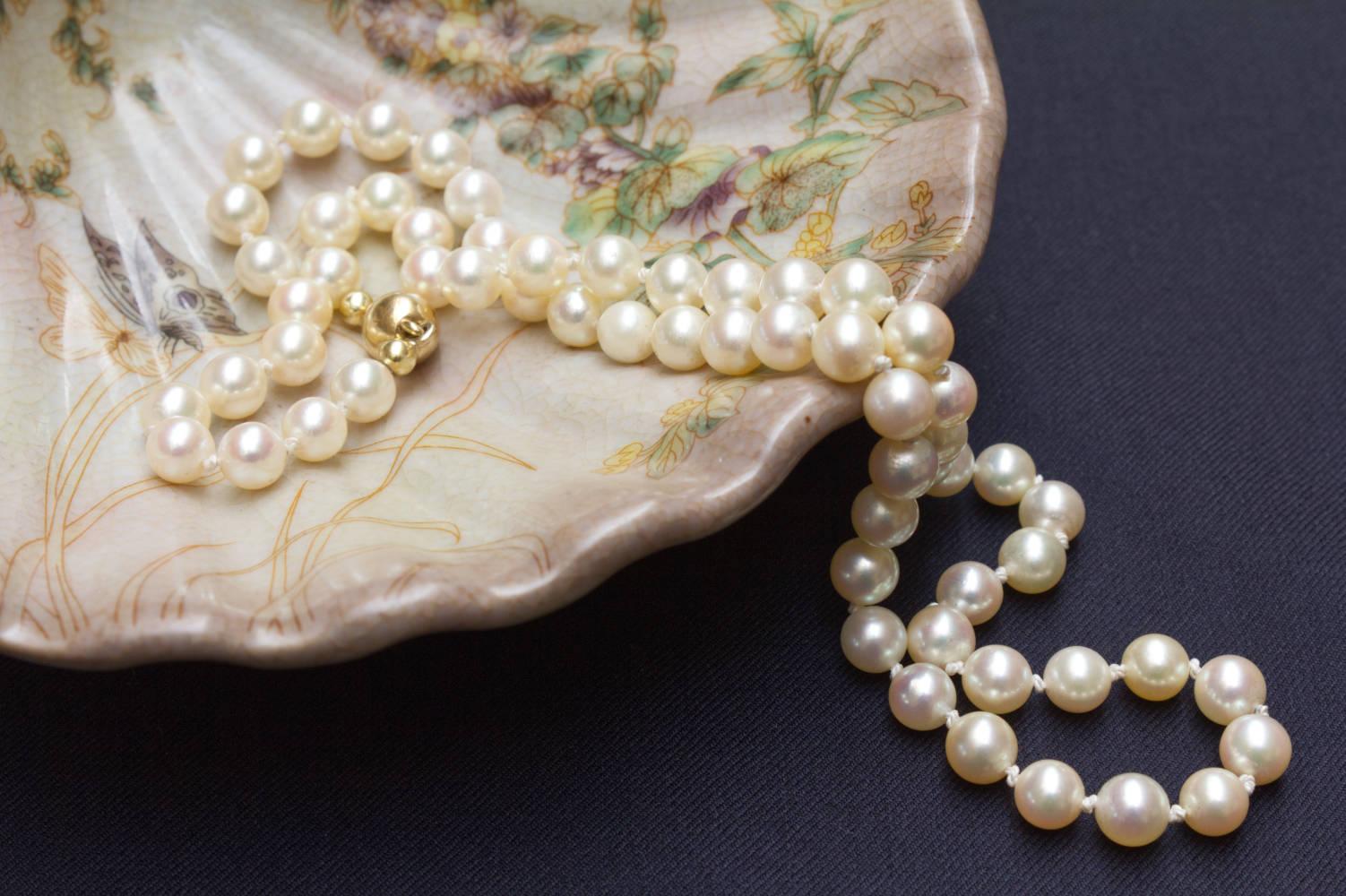 Perlenkette mit 585er Gold Verschluß von Langer in Stimmung mit Muschel