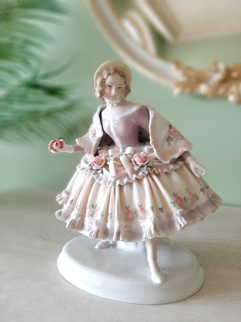 Ens Volkstedt Porzellan Figur Dame mit Blumen