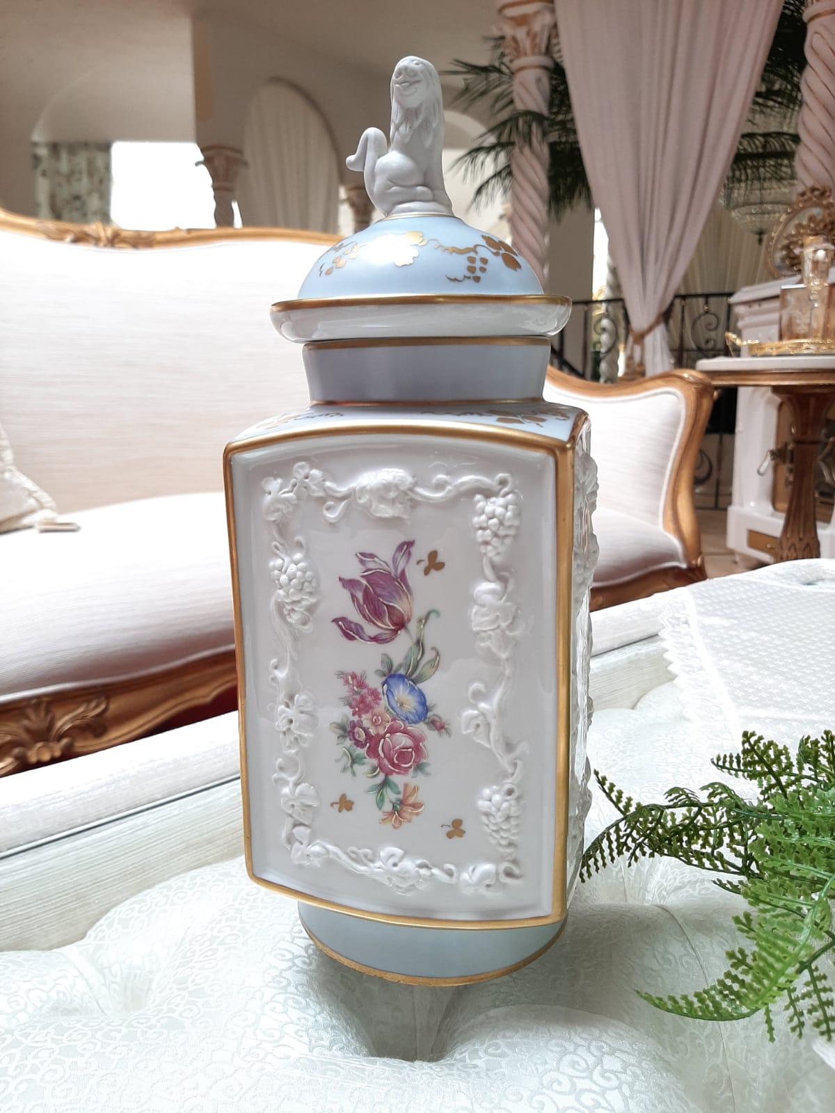 Seltene Form einer Deckelvase / Amphore. Verziert mit einem wunderschönen Relief. Auf dem Deckel trohnt ein Löwe, handbemalt. Die Vase ist antik, ohne Beschädigung.