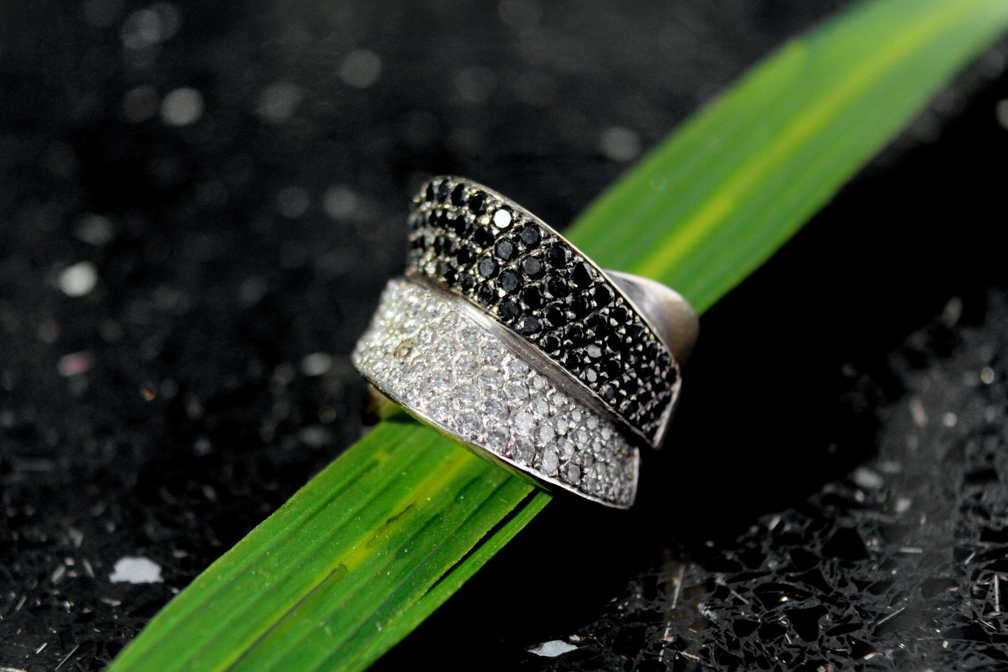 Formschöner Ring in 750er Weißgold. Mit wunderschön funkelnden schwarzen und weißen Brillanten
