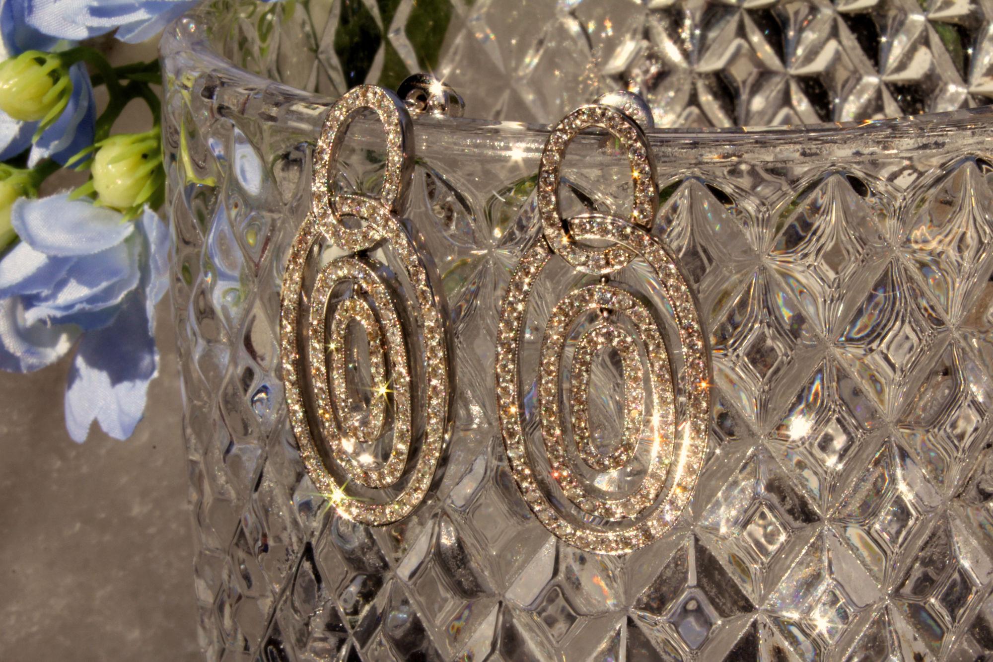 Traumhaft schöne und wertvolle Ohrhänger mit 3 inneinander liegenden Ellipsen 750 Weißgold mit Brillanten. Ein wunderschöner Blickfang!