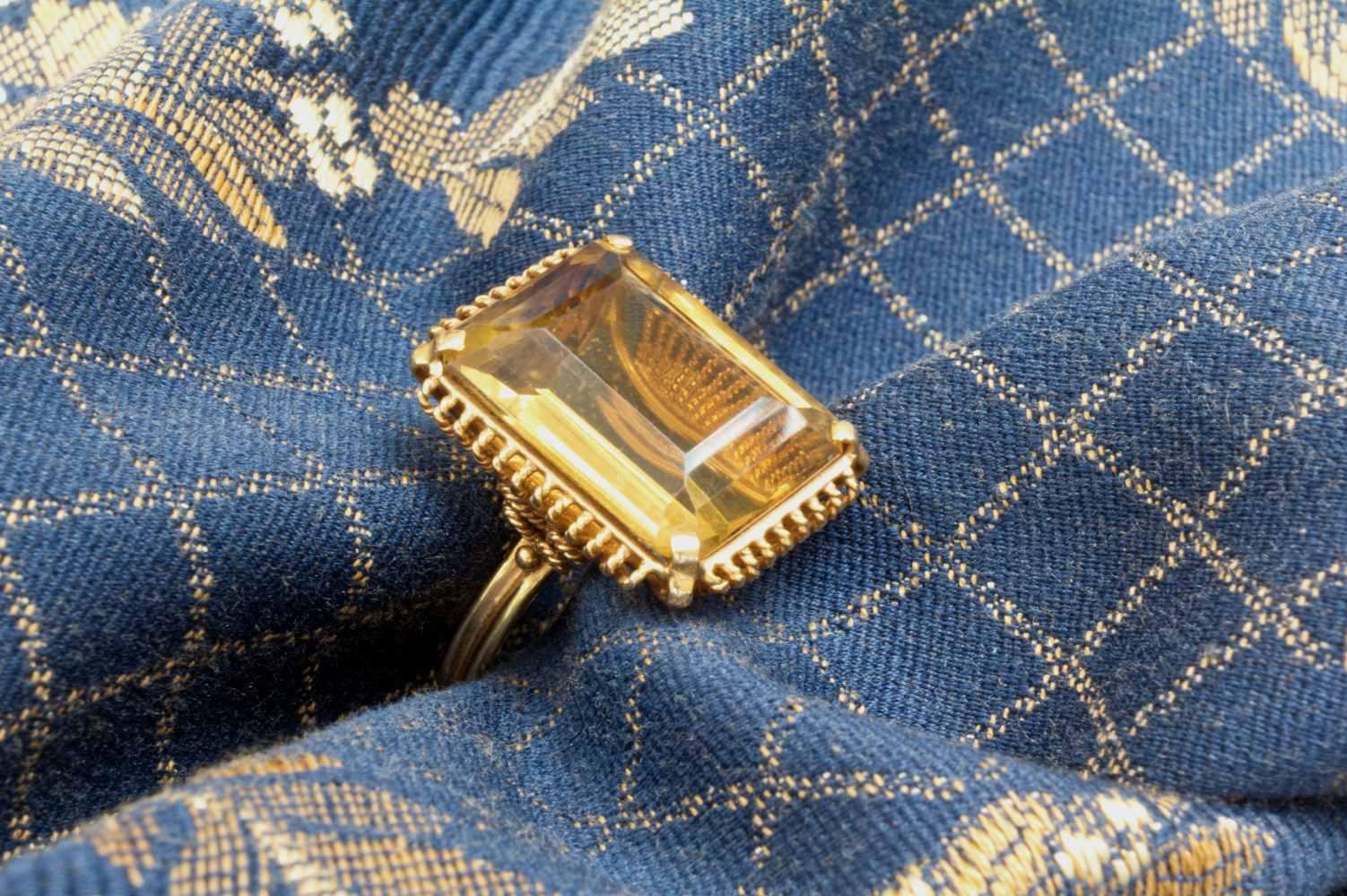 Ring mit großem Citrin in Gold 333 gefasst aus Second hand in Stimmung auf Stoff fotografiert