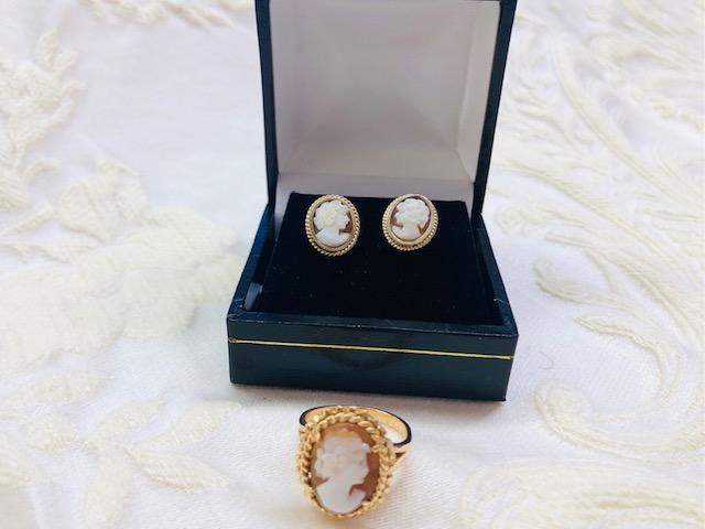 Aus Gemmen gefertigte Ohrringe und Ring