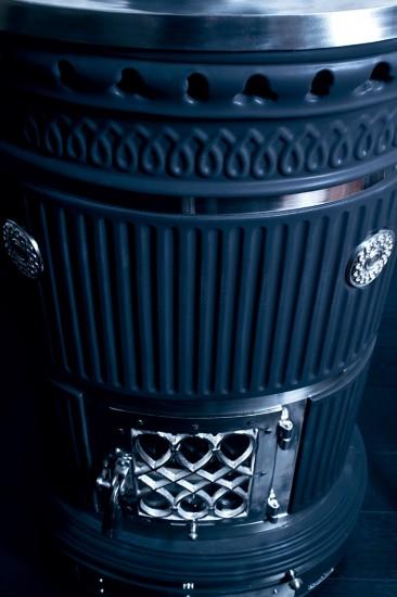 kaminofen-oval-schwarz-notalgisch-keramik-maria-luigia-vorne