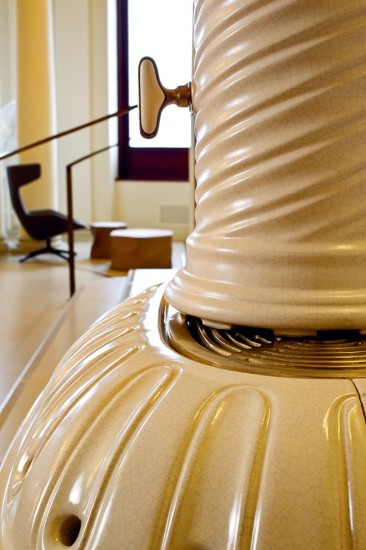 kaminofen-oval-weiss-notalgisch-keramik-castellana-detail