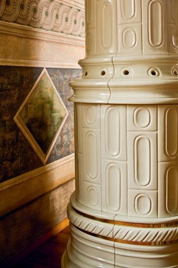 kaminofen-rund-weiss-gross-notalgisch-keramik-viennese-colonna-detail