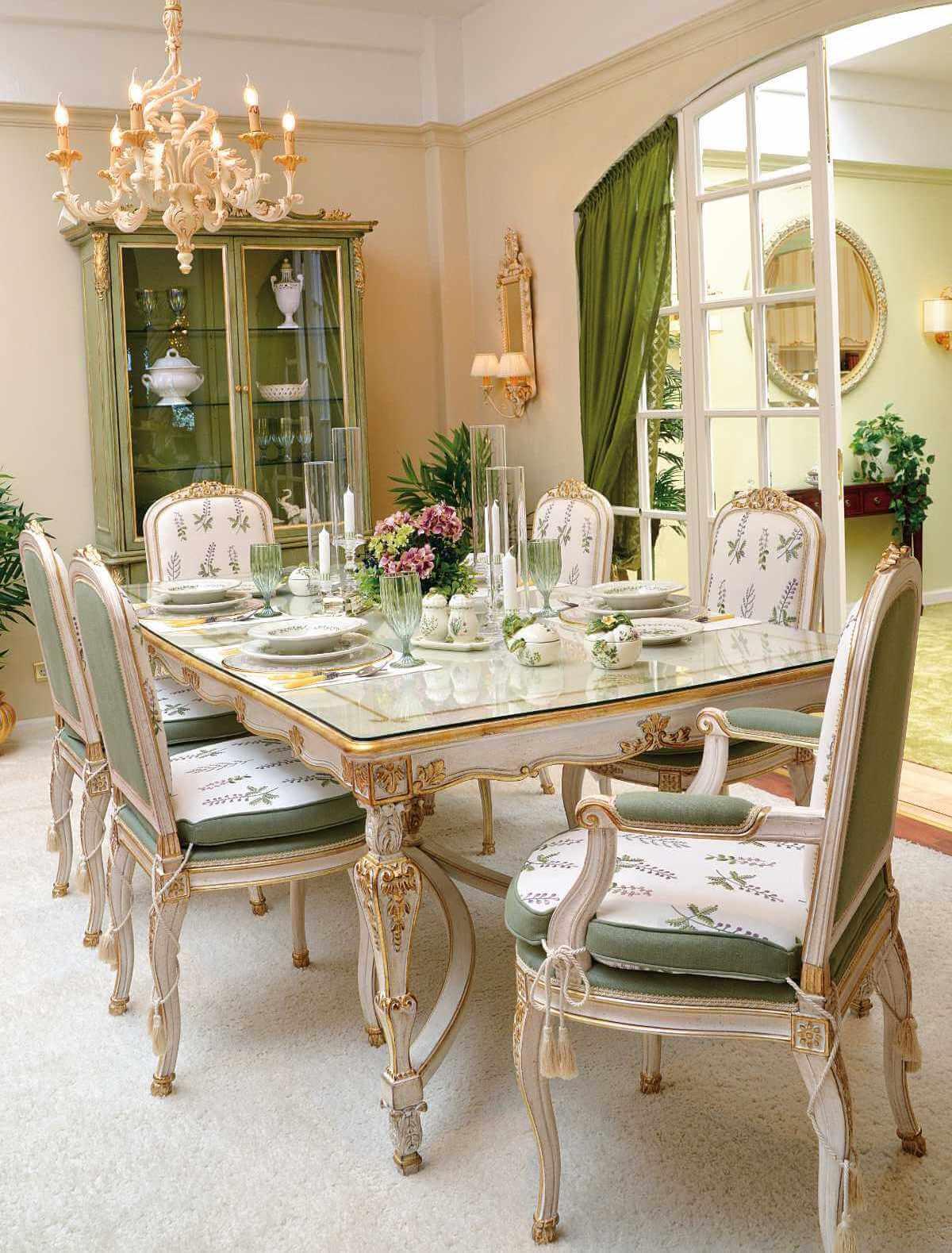 Italienische Möbel: Speisezimmer.